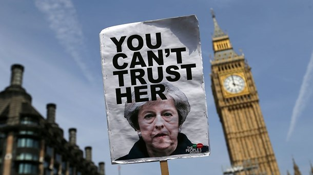 Demonstranter samledes uden for det britiske parlament onsdag, da premierminister Theresa May fremlagde sit regeringsprogram.